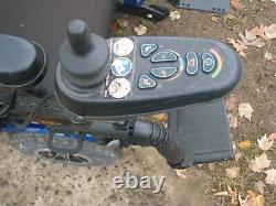 Fauteuil Roulant Jazzy 1450, Bleu, 27 Wide 600 Lbs Weight Limit Power Tilt Seat Look